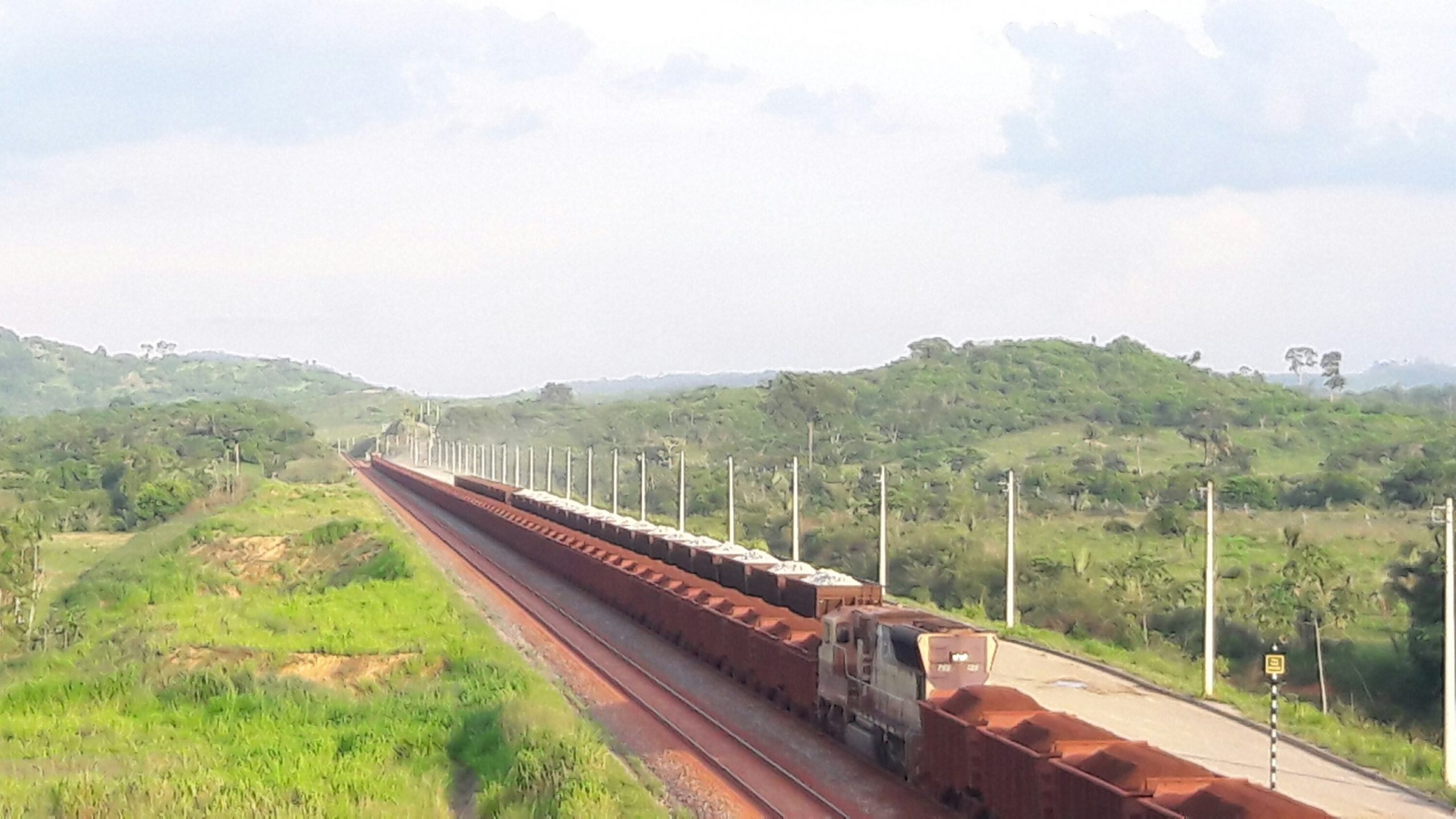 Trem sobre a linha de ferro do S11D. Foto: Jorge Clésio