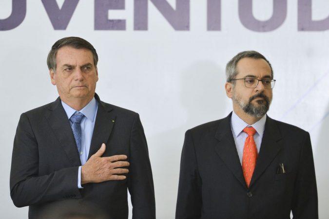 O presidente Jair Bolsonaro, e o ministro da Educação, Abraham Weintraub, durante solenidade de Celebração do Dia Internacional da Juventude, no Palácio do Planalto.  / / Marcelo Camargo/Agência Brasi
