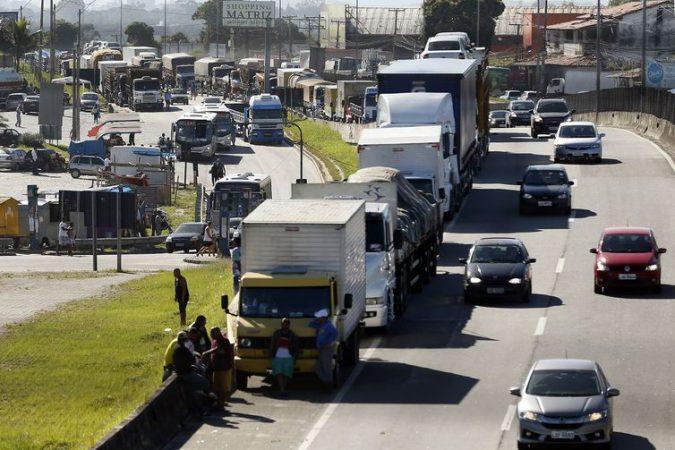 Caminhoneiros fazem paralização na BR 101, Niterói-Manilha, na altura de Itaboraí, no Rio de Janeiro. / Thomaz Silva/Agência Brasil