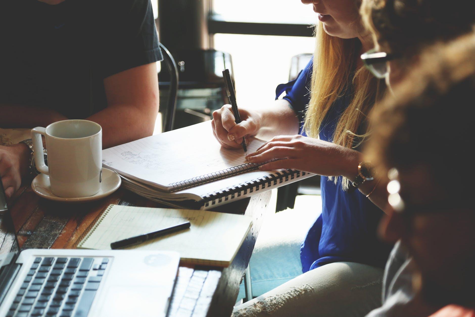 people-woman-coffee-meeting - estudante - seletivo - ler - educação