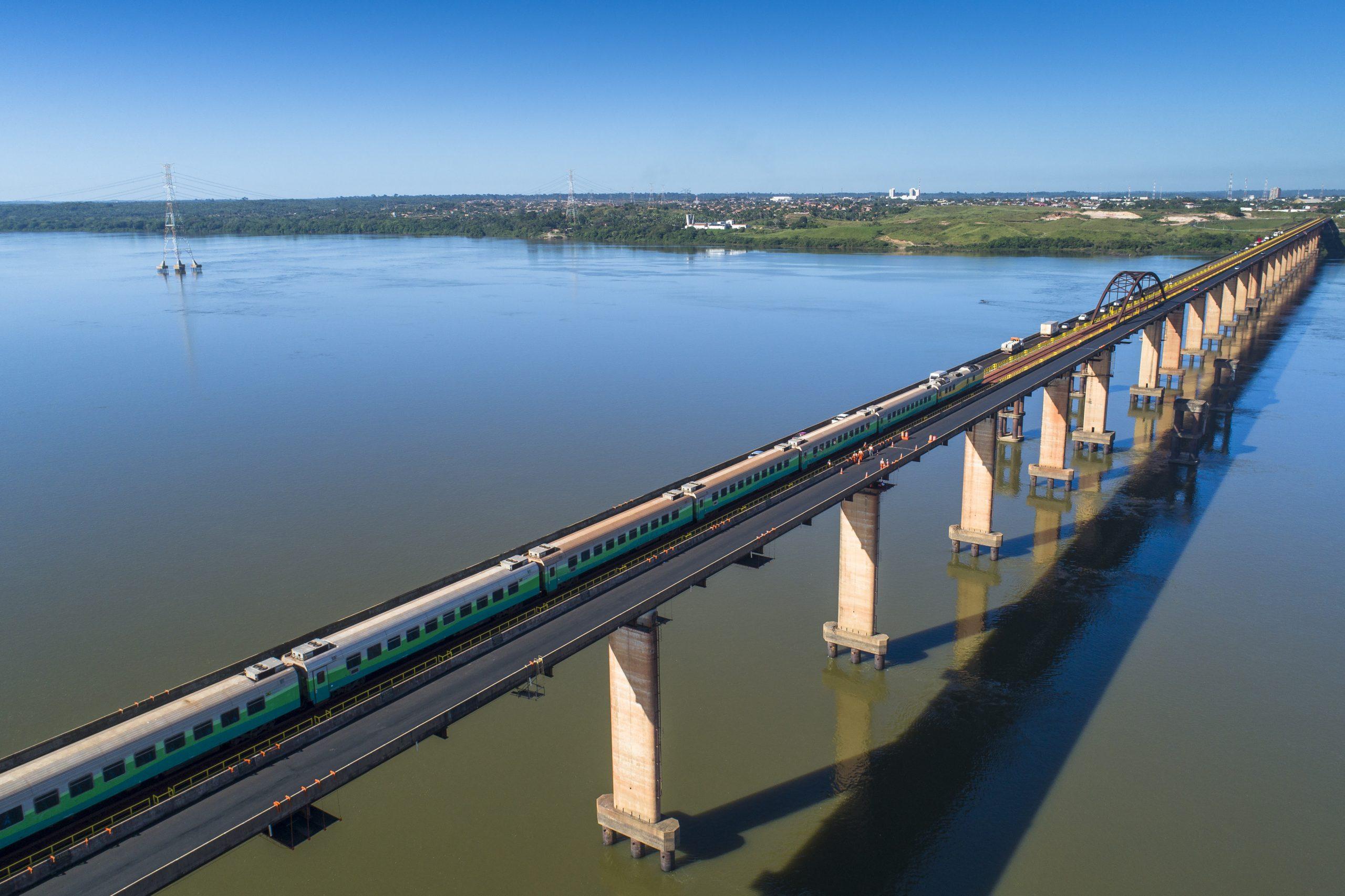 Trem de passageiros da Vale cruza ponte entre Marabá e o bairro de São Félix, sobre o rio Tocantins. Foto: Ricardo Teles