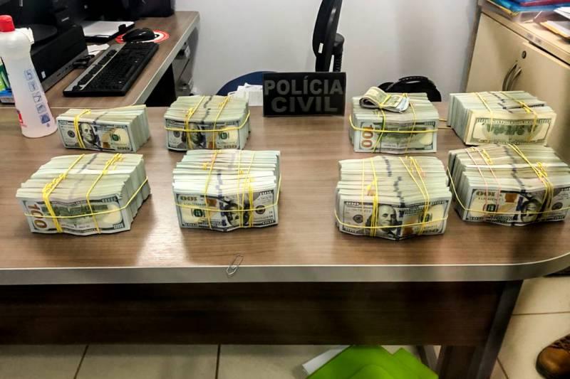 Parte dos dólares apreendido dentro da aeronave apreendida Foto: Ascom / Policia Civil